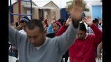 En esta imagen del 12 de octubre de 2019, cubanos rezando en un refugio para migrantes en Reynosa, México. En años anteriores, los migrantes pasaban con rapidez por esta tierra de cárteles. Ahora, con las nuevas políticas migratorias de Donald Trump, se quedan ahí durante meses mientras esperan sus citas en las cortes estadounidenses, varados en las fauces del crimen organizado. (AP Foto/Fernando Llano)