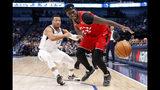 Jalen Brunson (13) de los Mavericks de Dallas defienda ante Pascal Siakam (43) de los Raptors de Toronto el sábado 16 de noviembre de 2019. (AP Foto/Tony Gutiérrez)