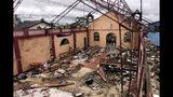 ARCHIVO - Esta fotografía de archivo del 8 de mayo de 2002 muestra una iglesia destruida por proyectiles de mortero en Bojayá, en el estado de Chocó, en el noroeste de Colombia. (AP Foto/Ricardo Mazalán, archivo)