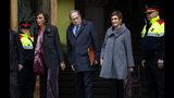El presidente regional de Cataluña, Quim Torra, en el centro, llega al Tribunal Superior de Justicia de Catalunya, en Barcelona, España, el lunes 18 de noviembre de 2019. (AP Foto/Emilio Morenatti)