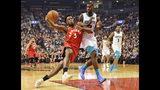 OG Anunoby, alero de los Raptors de Toronto, avanza hacia la cesta junto a Marvin Williams, de los Hornets de Charlotte, en el duelo del lunes 18 de noviembre de 2019 (Frank Gunn/The Canadian Press via AP)