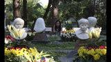 Una mujer reza frente a estatuas de los Siete Mártires en Songkhon, Tailanida, el 18 de octubre del 2919. Siete persons fueron ejecutadas allí en 1940 por negarse a renunciar a su fe católica. (AP Photo/Sakchai Lalit)