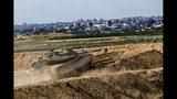 En esta imagen de archivo, tomada el 27 de octubre de 2018, un tanque israelí toma posiciones en la Franja de Gaza. (AP Foto/Tsafrir Abayov, archivo)
