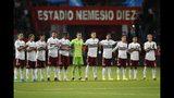 Los jugadores de México participan de un minuto de recuerdo de Jorge Vergara, el fallecido dueño del club Chivas, previo a un partido de la Liga de Naciones de la CONCACAF, en Toluca, México, el martes 19 de noviembre de 2019. (AP Foto/Eduardo Verdugo)