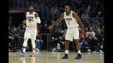 El jugador de los Clippers de Los Ángeles Paul George, a la izquierda, y Kawhi Leonard, en la cancha en la segunda mitad de su juego de NBA contra los Celtics de Boston, el miércoles 20 de noviembre de 2019 en Los Ángeles. (AP Foto/Mark J. Terrill)