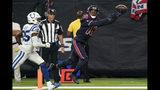 El wide receiver de los Texans de Houston, DeAndre Hopkins, atrapa un pase de touchdown frente al cornerback de los Colts de Indianápolis Pierre Desir, en la segunda mitad del juego del jueves 21 de noviembre de 2019, en Houston. (AP Foto/David J. Phillip)