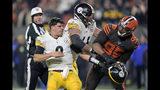 El defensive end de los Browns de Cleveland Myles Garrett después de golpear con el casco al quarterback de los Steelers de Pittsburgh Mason Rudolph en el cuarto periodo del juego del jueves 14 de noviembre de 2019, en Cleveland. (AP Foto/David Richard)