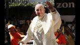 El papa Francisco saluda a una multitud que le esperó durante horas para saludarle a su llegada en el Hospital de San Luis en Bangkok, Tailandia, el jueves 21 de noviembre de 2019. (AP Foto/Manish Swarup)