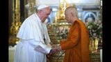 En esta imagen publicada por el templo Wat Ratchabophit Sathit Maha Simaram, el papa Francisco, a la izquierda, visita al patriarca budista supremo de Tailandia Somdet Phra Sangkharat Sakonlamahasangkhaparrinayok en el templo en Bangkok, Tailandia, el jueves 21 de noviembre de 2019. (Templo Wat Ratchabophit Sathit Maha Simaram via AP)