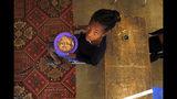 En esta imagen tomada el jueves 14 de noviembre de 2019, niños comiendo raciones repartidas por un programa patrocinado por el gobierno en la escuela Delta de primaria en Vosburg, Sudáfrica. (AP Foto/Denis Farrell)