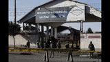 Los soldados vigilan la planta de combustible de Senkata en El Alto, Bolivia, el viernes 22 de noviembre de 2019. Al menos ocho personas murieron el 19 de noviembre cuando la policía y los soldados despejaron un bloqueo en la planta por parte de simpatizantes del expresidente Evo Morales. (AP Foto / Natacha Pisarenko)