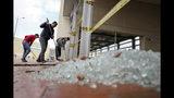 Los trabajadores limpian vidrios rotos de una estación de autobuses dañada por manifestantes antigubernamentales en Bogotá, Colombia, el viernes 22 de noviembre de 2019. (AP Foto / Fernando Vergara)