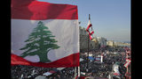 Manifestantes contra el gobierno se congregan durante un desfile civil por separado en la Plaza de los Mártires, en el centro de Beirut, Líbano, el viernes 22 de noviembre de 2019. (AP Foto/Hassan Ammar)