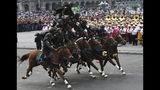 En esta imagen, tomada el 20 de noviembre de 2019, soldados forman una pirámide humana sobre caballos durante un desfile por el 109no aniversario del inicio de la Revolución Mexicana, en la Plaza del Zócalo, en Ciudad de México. Más de 1.000 personas vestidas con trajes de la época recorrieron las calles de la capital mexicana y reencarnaron escenas de la revolución. (AP Foto/Marco Ugarte)