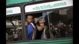 En esta imagen, tomada el 16 de noviembre de 2019, pasajeros observan a un pequeño grupo de manifestantes desde un autobús en Maracaibo, Venezuela. En Maracaibo, en el estado occidental de Zulia, junto a la frontera de Colombia, muchos residentes dijeron que ya no acuden a las marchas políticas por falta de fe en los líderes políticos o por miedo a su seguridad. (AP Foto/Rodrigo Abd)