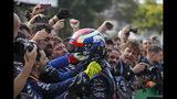 En esta imagen, tomada el 17 de noviembre de 2019, el piloto de Toro Rosso Pierre Gasly celebra su segunda posición en el Gran Premio de Brasil de Fórmula Uno, en el circuito de Interlagos, en Sao Paulo, Brasil. (AP Foto/Nelson Antoine)