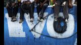 En esta imagen, tomada el 17 de noviembre de 2019, partidarios del expresidente de Bolivia Evo Morales se sientan sobre un mural mientras participan en una asamblea para decidir próximas movilizaciones en Sacaba, Bolivia. La crisis política en Bolivia se tornó letal cuando las fuerzas de seguridad abrieron fuego contra partidarios de Morales en Sacaba el 15 de noviembre matando a varias personas e hirieron a docenas más. (AP Foto/Juan Karita)
