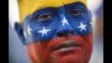 En esta imagen, tomada el 16 de noviembre de 2019, May Vera mira a cámara durante una manifestación encabezada por el líder opositor Juan Guaidó, que llamó a la población a salir a la calle para forzar la salida del presidente Nicolás Maduro del poder, en Maracaibo, Venezuela. Una sobrina pintó la cara de Vera con los colores de la bandera venezolana. Guaidó convocó movilizaciones en todo el país para reactivar la campaña contra Maduro que lanzó enero y que ha perdido impulso en los últimos meses. (AP Foto/Rodrigo Abd)