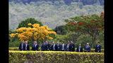 En esta imagen, tomada el 19 de noviembre de 2019, el presidente de Brasil, Jair Bolsonaro (quinto por la izquierda), llega acompañado por su gobierno al Palacio de Alvorada para el Día de la Bandera, en Brasilia, Brasil. Adoptada oficialmente en 1889, la bandera brasileña, conocida por su nombre en portugués verde e amarela (verde y amarilla), se conmemora el 19 de noviembre. (AP Foto/Eraldo Peres)