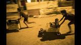 En esta imagen, tomada el 19 de noviembre de 2019, unos niños corren en coches improvisados con cajas de plástico en el vecindario de Altos de Milagros Norte, en Maracaibo, Venezuela. Se estima que unos 4,5 millones de venezolanos huyeron del país, la mayoría a los cercanos Colombia, Perú y Ecuador. Van en busca de un trabajo que les permita enviar dinero a casa, pero a menudo enfrentan rechazo y penurias mientras el número de migrantes aumenta constantemente. (AP Foto/Rodrigo Abd)