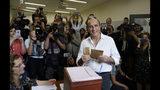 Daniel Martínez, candidato presidencial del Frente Amplio, vota en Montevideo, Uruguay, el domingo 27 de octubre de 2019. (AP Foto / Matilde Campodonico)