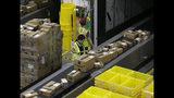Fotografía de archivo del 9 de febrero de 2018 de paquetes moviéndose en una banda transportadora para ser enviados a su destino en el nuevo Amazon Fulfillment Center en Sacramento, California. (AP Foto/Rich Pedroncelli, Archivo)
