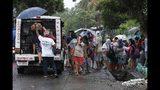 Residentes evacúan el lugar donde viven en preparación a la llegada del tifón Kammuri en Legazpi, provincia de Albay, al sureste de Manila, Filipinas, el lunes 2 de diciembre del 2109. (AP Foto)