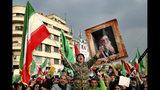 Fotografía de archivo del 25 de noviembre de 2019 de una manifestante gritando mientras sostiene la bandera iraní en una manifestación progubernamental en Teherán, Irán. (AP Foto/Ebrahim Noroozi, Archivo)