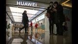 Foto tomada el 20 de noviembre del 2019 de una tienda Huawei en Beijing. (AP Photo/Mark Schiefelbein)