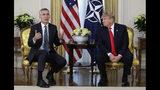El presidente de Estados Unidos, Donald Trump, y el secretario general de la OTAN, Jens Stoltenberg, se reúnen en Winfield House, en Londres, el 3 de diciembre de 2019. (AP Foto/Evan Vucci)